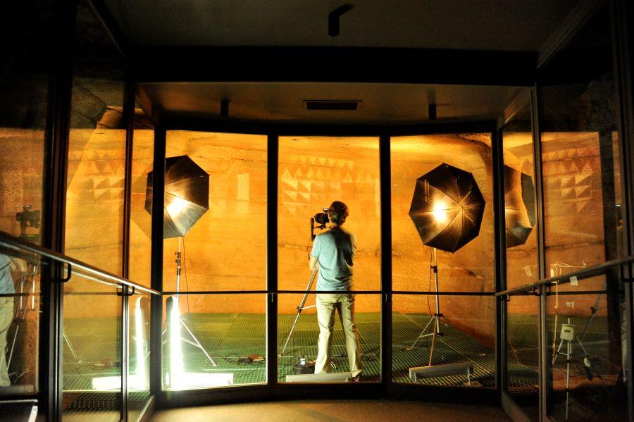 El profesor trabjando en el interior de la cámara policromada - Gran Canaria.- Magia tecnológica: hacer visible lo invisible en la Cueva Pintada de Gáldar