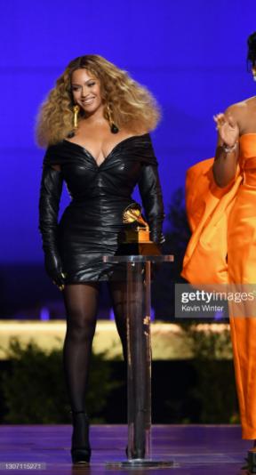 Beyonce con Jimmy Choo en Premios Grammy 2021 - Premios Grammy 2021: Beyoncé apuesta por Jimmy Choo