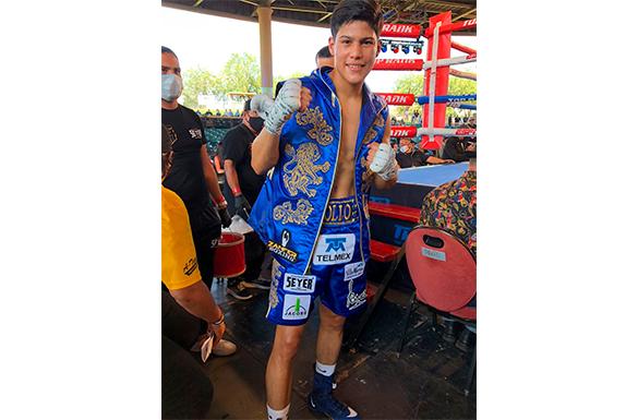 """Pollo Aguiar - Boxeo.- Mexicano Óscar Valdez retuvo la corona mundial superpluma por decisión unánime en su primer defensa y """"Pollo"""" Aguilar, intratable"""